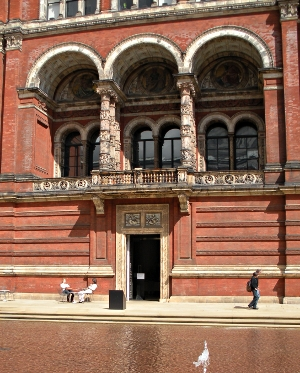 Victori & Albert Museum Courtyard London - Travel England